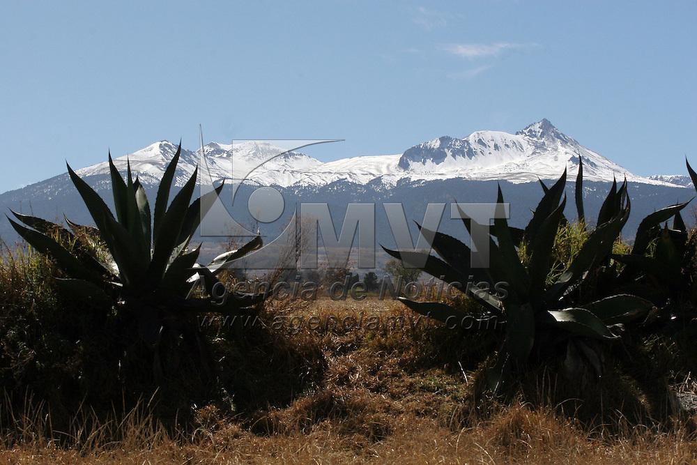 TOLUCA, México.- Grandes paisajes se pueden observar en los alrededores del Valle de Toluca con el fondo del Volcán Xinantecatl o Nevado de Toluca, sitio que ha recibido un gran número de turista. En los próximos días se pronostican bajas temperaturas, lo que provocará nuevamente que caiga nieve en las partes altas del volcán . Agencia MVT / José Hernández. (DIGITAL)