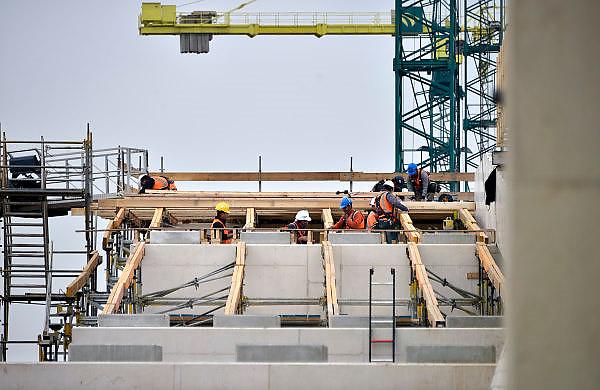 Nederland, Nijmegen, 27-9-2014 Aan de overkant van de Waal bij Lent wordt druk gewerkt aan het creeren van een nevengeul in de rivier om bij hoogwater een betere waterafvoer te hebben in de scherpe bocht, flessenhals, van de Waal bij Nijmegen. Het is een omvangrijk project waarbij onder meer de pijlers van het spoorviaduct een bredere basis moeten krijgen omdat die straks in de loop van het water staan. Ook de n325 die vanaf de Waalbrug naar Arnhem loopt moet over 400 meter opnieuw worden aangelegd omdat het talud vervangen wordt door pijlers. De weg wordt via een bypass omgeleid. Het dorp veurlent komt op een kunstmatig eiland te liggen. Inmiddels begint de nieuwe kade aan de noordkant van deze geul vorm te krijgen. Ruimte voor de rivier, water, waal. In de nieuwe dijk wordt een drempel gebouwd die stapsgewijs water doorlaat en bij hoogwater overloopt. Measures taken by Nijmegen to give the river Waal, Rhine, more space to flow during highwater and to prevent the risk of flooding. Room for the river. Reducing the level, waterlevel. Foto: Flip Franssen/Hollandse Hoogte