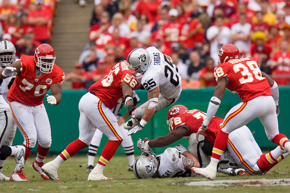 KANSAS CITY, MO - SEPTEMBER 14:   Justin Fargas #25 of the Oakland Raiders runs with the ball against the Kansas City Chiefs at Arrowhead Stadium on September 14, 2008 in Kansas City, Missouri.  The Raiders defeated the Chiefs 23-8.  (Photo by Wesley Hitt/Getty Images) *** Local Caption *** Justin Fargas