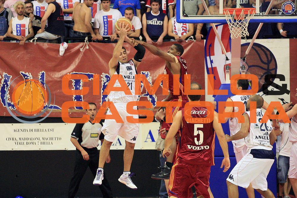 DESCRIZIONE : Biella Lega A 2008-09 Playoff Quarti di finale Gara 2 Angelico Biella Lottomatica Virtus Roma<br /> GIOCATORE : Pietro Aradori Andre Hutson<br /> SQUADRA : Angelico Biella Lottomatica Virtus Roma<br /> EVENTO : Campionato Lega A 2008-2009 <br /> GARA : Angelico Biella Lottomatica Virtus Roma<br /> DATA : 20/05/2009<br /> CATEGORIA : Rimbalzo Fallo<br /> SPORT : Pallacanestro <br /> AUTORE : Agenzia Ciamillo-Castoria/S.Ceretti