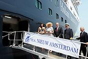 Doop ms Nieuw Amsterdam in Venetie<br /> <br /> Hare Koninklijke Hoogheid prinses Máxima doopt op zondag 4 juli 2010 in Venetië het cruiseschip ms Nieuw Amsterdam van de Holland America Line. Het schip is de tweede in de Signature-klasse. De Nieuw Amsterdam, die plaats biedt aan 2.106 passagiers, wordt gebouwd door de scheepsbouwer Fincantieri-Cantieri Navali Italiani S.p.A. in Marghera, Italië. <br /> <br /> op de foto:<br /> <br />  Prinses maxima met CEO Stein Kruse (L) van Holland America Line en kapitien Edward van Zaanen