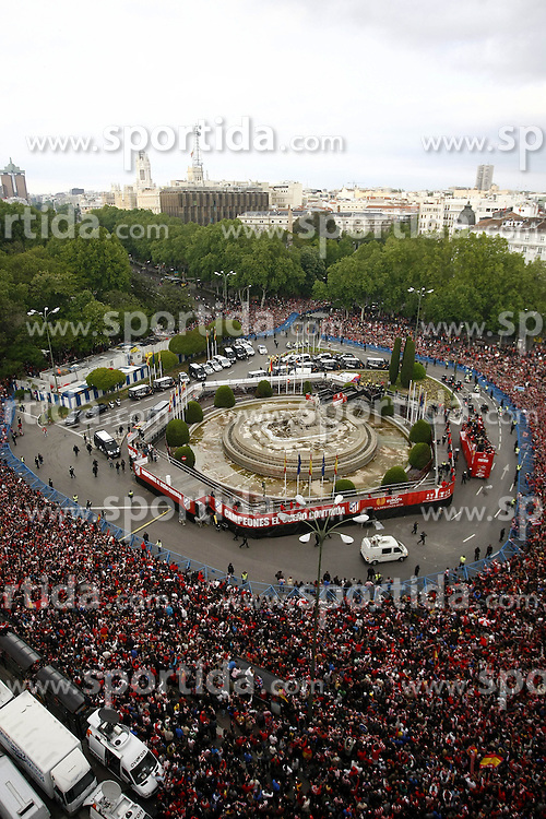 13.05.2010, Neptun Statue, ESP, UEFA Europa League Sieger Atletico Madrid Empfang im Bild die Fans und die Mannschaft von Atletico Madrid feiern den Europa League Sieg, EXPA Pictures © 2010, PhotoCredit: EXPA/ Alterphotos/ Julian Bird / SPORTIDA PHOTO AGENCY