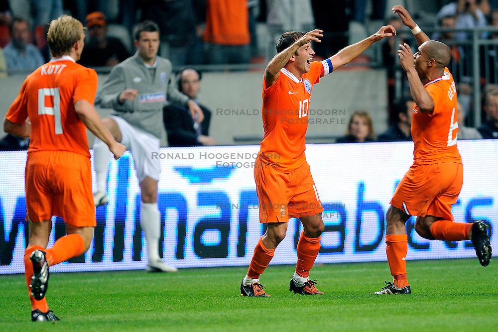 12-08-2009 VOETBAL: NEDERLAND - ENGELAND: AMSTERDAM<br /> Nederland speelt met 2-2 gelijk tegen Engeland / Rafael van der Vaart scoort de 2-0<br /> &copy;2009-WWW.FOTOHOOGENDOORN.NL