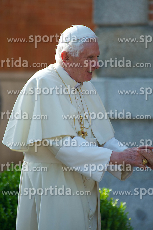 19.08.2011, Zarzuela Palace, Madrid, ESP, Papst Benedict XVI in Spanien, im Bild der Papst trifft die königliche Familie von Spanien, Spanish King Juan Carlos, Queen Sofia, Prince Felipe, Princess Letizia, Princess Leonor, Princess Sofia, Princess Elena her daughter Victoria Federica and son Felipe Juan Froilan attends attend a meeting with Pope Benedict XVI at the Zarzuela Palace in Madrid, on August 19, 2011, EXPA Pictures © 2011, PhotoCredit: EXPA/ Alterphotos/ ALFAQUI/ Billy Chappel