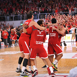 21.06.2015, Brose Arena, Bamberg, GER, Beko Basketball BL, Brose Baskets Bamberg vs FC Bayern Muenchen, Playoffs, Finale, 5. Spiel, im Bild Die Spieler der Brose Baskets Bamberg bejubeln kurz nach Ende des Spiels den Sieg gegen den FC Bayern Muenchen und den Gewinn der Deutschen Meisterschaft 2015. // during the Beko Basketball Bundes league Playoffs, final round, 5th match between Brose Baskets Bamberg and FC Bayern Muenchen at the Brose Arena in Bamberg, Germany on 2015/06/21. EXPA Pictures © 2015, PhotoCredit: EXPA/ Eibner-Pressefoto/ Merz<br /> <br /> *****ATTENTION - OUT of GER*****
