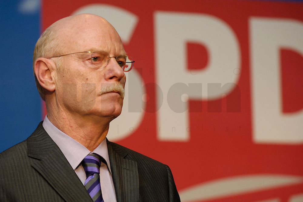 06 FEB 2006, BERLIN/GERMANY:<br /> Peter Struck, SPD, Fraktionsvorsitzender, Neujahrsempfang der SPD-Bundestagsfraktion, Fraktionsebene, Deutscher Bundestag<br /> IMAGE: 20060206-02-044