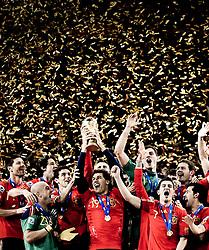 11.07.2010, Soccer-City-Stadion, Johannesburg, RSA, FIFA WM 2010, Finale, Niederlande (NED) vs Spanien (ESP) im Bild die Spanische Nationalmannschaft stemmt den WM Pokal in den Nachthimmel von Johannesburg, Bild bearbeitet, EXPA Pictures © 2010, PhotoCredit: EXPA/ InsideFoto/ Perottino *** ATTENTION *** FOR AUSTRIA AND SLOVENIA USE ONLY! / SPORTIDA PHOTO AGENCY