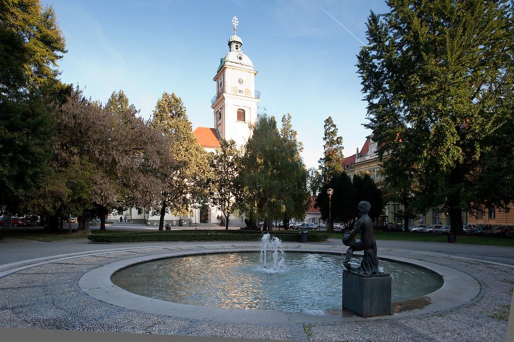 Slomškov trg con la chiesa Stolnica e la torre panoramica