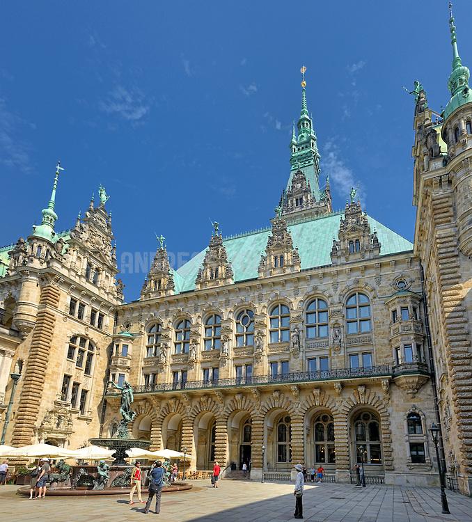 Der Innenhof des Hamburger Rathauses mit seinen reich dekorierten Fassaden im Stil der italienischen und norddeutschen Renaissance und dem zentralen Hygieia-Brunnen.