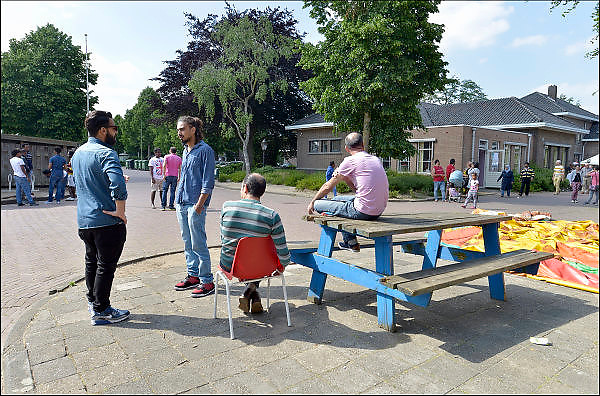Nederland, Grave, 13-6-2015Open dag in het azc generaal de Bons, voorheen een kazerne. Het coa organiseert dit samen met vluchtelingenwerk. Veel vrijwilligers helpen bij de opvang van vluchtelingen en azielzoekers. Veel culturen leven naast elkaar waronder mensen uit Syrie, syrië, Irak, eritrea, somalie.The Netherlands, Grave, 13-6-2015Open day for the public and neighbours at the asylumseeker center General de Bons, a former army complex. The coa organizes this with volunteers of refugee work. Many volunteers help with the sheltering of refugees and asylum seekers. Many cultures live side by side, including people from Syria, Syria, Iraq, Eritrea, Somalia.FOTO: FLIP FRANSSEN/ HOLLANDSE HOOGTE