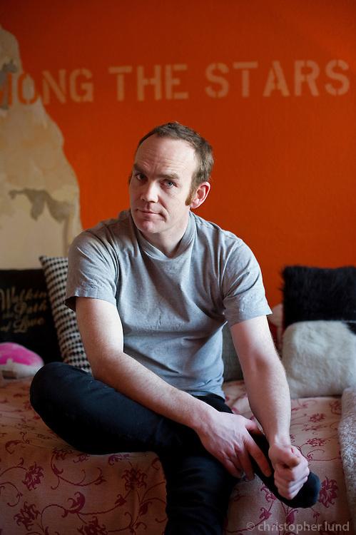 Jón Páll Eyjólfsson, leikari og leikstjóri, heima hjá sér við Hverfisgötu 70b. Actor and Director Jon Pall Eyjolfsson at his house at Hverfisgata, Reykjavik.