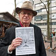 """Vandaag werd op het Beursplein te Amsterdam onder een handvol actievoerders vergaderiing gehouden. Robert Jan Kelder, oprichter en directeur van de Stichting Uitgeverij Willehalm Instituut maakte van de gelegenheid gebruik een hield een presentatie van het zojuist verschenen boek """"Doodlopende weg - waarom de Nederlandse geheime dienst haar top geheimagent Theo van Gogh heeft vermoord"""" van Slobodan Mitric, alias Karate Bob. Op de foto Robert Jan Kelder. Foto JOVIP/JOHN VAN IPEREN"""