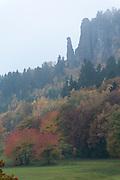 Pfaffenstein mit Barbarina, Herbstlandschaft, Sächsische Schweiz, Elbsandsteingebirge, Sachsen, Deutschland | Pfaffenstein with Barbarina (rock), autumn landscape, Saxon Switzerland, Saxony, Germany