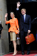 Koning Willem-Alexander en Koningin M&aacute;xima reiken Appeltjes van Oranje 2013 en Oranje Fonds Kroonappels uit in Paleis op de Dam.Jaarlijks bekroont het Oranje Fonds met de Appeltjes van Oranje sociale initiatieven die op succesvolle wijze verschillende groepen mensen verbinden. <br /> <br /> King Willem-Alexander and M&aacute;xima reach Queen Apples of Orange in 2013 and Oranje Fonds Crown Apples in Palace on Dam.Jaarlijks awarded the Orange Fund with the Apples of Orange social initiatives that different groups of people to successfully connect.<br /> <br /> Op de fotro / On the photo:  Aankomst Koning Willem-Alexander en Koningin M&aacute;xima<br /> <br /> Arrival of King Willem-Alexander and Queen M&aacute;xima