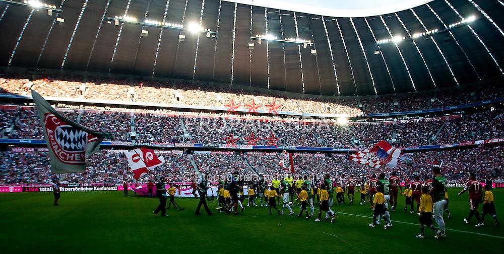 11.09.2010, Allianz Arena, München, GER, 1. FBL, FC Bayern München vs Werder Bremen, im Bild einlauf der Mannschaften in der Münchener Allianz Arena, EXPA Pictures © 2010, PhotoCredit: EXPA/ J. Feichter