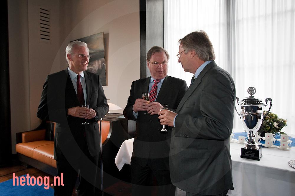 ). Bernard Wientjes (voorzitter VNO-NCW)  burgemeester Den Oudsten van Enschede  en wethouder Helder ...Locatie.B&W-kamer van het stadhuis van Enschede, Langestraat 24. ...Tijdstip.Vrijdag 8 mei, vanaf 14.00 uur