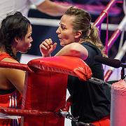 NLD/Amsterdam/20181107 - Opname Boxingstars 2018, 2e aflevering, Amanda Tsatsos - Balk in gesprek met haar trainer Esther Schouten