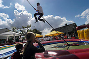 Nederland, Valburg, 31-8-2003..Wedstrijd fierljeppen tijdens de kermis. typisch nederlandse, hollandse plattelands sport. traditie, folklore..Foto: Flip Franssen/Hollandse Hoogte