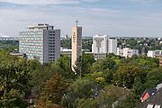 Statistisches Bundesamt (links), Kirchturm der Kirche Heilige Familie, Wiesbaden, Hessen, Deutschland | Statistisches Bundesamt (left), church Holy Family, Wiesbaden, Hesse, Germany