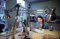 Den Haag , 5 november 2015 - Goudsmid Digna Gorkovoc aan het werk in de Haagse Edelsmederij. Foto: Phil Nijhuis