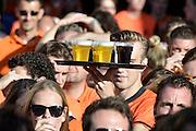 Nederland, Nijmegen, 29-6-2014Drukte in de binnenstad. Oranjefans, publiek in de Molenstraat kijkt naar de wedstrijd Nederland-Mexico voor het wereldkampioenschap voetbal in Brazilie.Er wordt volop bier rondgebracht.Foto: Flip Franssen/Hollandse Hoogte