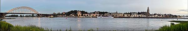Nijmegen, 14-7-2014Panorama bij avondlicht van de skyline van Nijmegen. Links de verkeersbrug, waalbrug, rechts de st. stevenskerk waarvan de toren, stevenstoren, kerktoren in de steiger staat vanwege groot onderhoud.FOTO: FLIP FRANSSEN/ HOLLANDSE HOOGTE