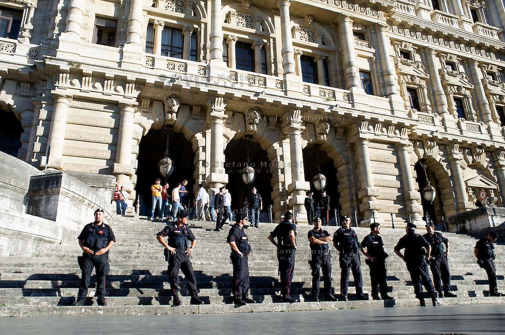 Roma 30 Luglio 2013<br /> Carabinieri davanti  alla Corte di Cassazione di Roma per il processo Mediaset che vede Silvio Berlusconi accusato di frode fiscale.