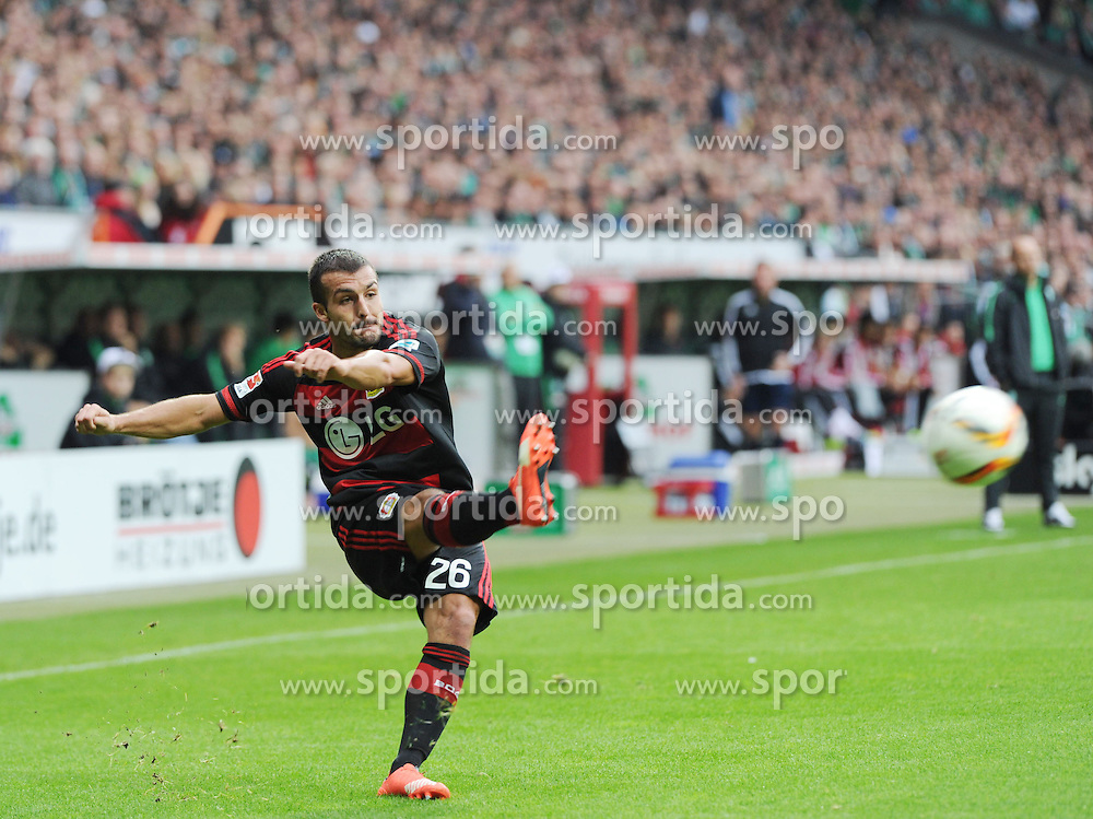 26.09.2015, Weserstadion, Bremen, GER, 1. FBL, SV Werder Bremen vs Bayer 04 Leverkusen, 7. Runde, im Bild Guilio Donati ( Bayer Leverkusen ) flankt von rechts in den Bremer Strafraum // during the German Bundesliga 7th round match between SV Werder Bremen and Bayer 04 Leverkusen at the Weserstadion in Bremen, Germany on 2015/09/26. EXPA Pictures &copy; 2015, PhotoCredit: EXPA/ Eibner-Pressefoto/ Schmidbauer<br /> <br /> *****ATTENTION - OUT of GER*****