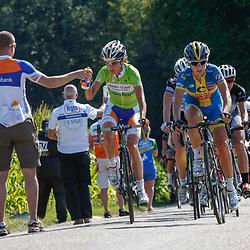 Brainwash Ladiestour Bunde-Berg en Terblijt beklimming Eyserbosweg Marianne Vos grijpt een bidon.