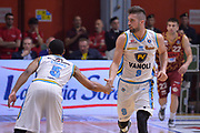 DESCRIZIONE : Cremona Lega A 2015-16 Play Off gara 2 Vanoli Cremona Umana Reyer Venezia <br /> GIOCATORE : Mian Fabio Starks Markel<br /> CATEGORIA :  Esultanza mani<br /> SQUADRA : Vanoli Cremona<br /> EVENTO : Campionato Lega A 2015-2016 GARA : Vanoli Cremona vs Umana Reyer Play Off gara 2<br /> DATA : 10/05/2016 <br /> SPORT : Pallacanestro <br /> AUTORE : Agenzia Ciamillo-Castoria/I.Mancini<br /> Galleria : Lega Basket A 2015-2016 Fotonotizia : Cremona Lega A 2015-16 PlayOff Gara 2  Vanoli Cremona Umana Reyer Venezia