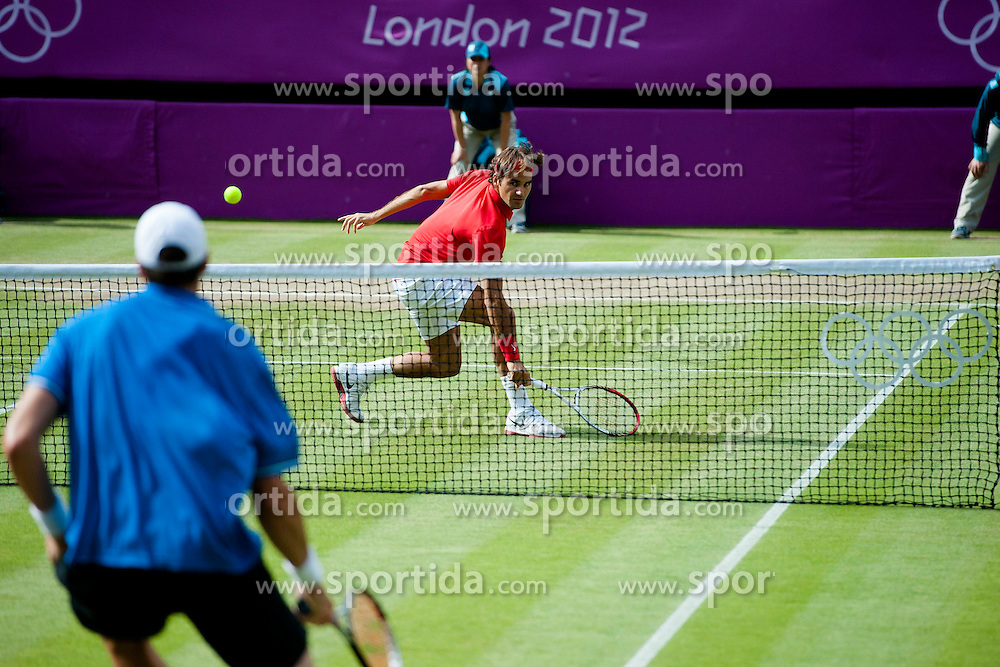 02.08.2012, Wimbledon, London, GBR, Olympia 2012, Tennis, im Bild Roger Federer (SUI) gegen John Isner (USA) // during Tennis, at the 2012 Summer Olympics at Wimbledon, London, United Kingdom on 2012/08/02. EXPA Pictures © 2012, PhotoCredit: EXPA/ Freshfocus/ Valeriano Di Domenico..***** ATTENTION - for AUT, SLO, CRO, SRB, BIH only *****