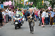 Nederland, Nijmegen, 18-7-2012Deelnemers aan de 4daagse, vierdaagse,  lopen op de tweede dag, de dag van Wijchen, over de voerweg naar de finish op de wedren. Het laatste stuk van het parcours loopt over de Waalkade en door de stad, de Hertogstraat,  waar ook de zomerfeesten plaatsvinden. Traditioneel de roze woensdag.The International Four Day Marches Nijmegen (or Vierdaagse) is the largest marching event in the world. It is organized every year in Nijmegen mid-July as a means of promoting sport and exercise. Participants walk 30, 40 or 50 kilometers daily, and on completion, receive a royally approved medal, Vierdaagsekruisje. The maximum number is 45,000 .Foto: Flip Franssen/Hollandse Hoogte