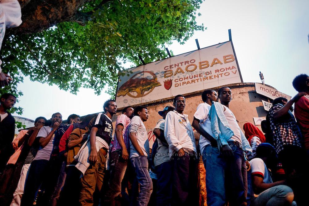 Roma 12 Giugno 2015<br /> Emergenza umanitaria al centro di accoglienza Baobab per immigrati, in via Cupa a Roma dove centinaia di migranti  hanno trovato rifugio dopo che erano fuggiti dallo sgombero della polizia 11 Giugno 2015 dal piazzale di fronte alla stazione Tiburtina dove vivevano. Il centro Baobab pu&ograve; ospitare 200 persone, attualmente ne ospita circa 800 persone  e grazie all'aiuto della croce rossa  e dei volontari della chiesa riesce a dare da mangiare ai migranti. I migranti  provengono da Etiopia, Somalia ed Eritrea, tutti negli ultimi mesi dalla Libia. In fila per la cena.<br /> Rome June 12, 2015<br /> Humanitarian emergency to the reception center for immigrants Baobab,Tiburtina neighborhood, where hundreds of migrants have sought refuge after they had escaped from the police eviction of 11 June 2015 from the square in front of the station Tiburtina where they lived. The Baobab center can accommodate 200 people, currently it hosts about 800 people and with the help of Red Cross volunteers and the church is able to feed the migrants. The migrants come from Ethiopia, Somalia and Eritrea, all in recent months from Libya. Lined up for dinner