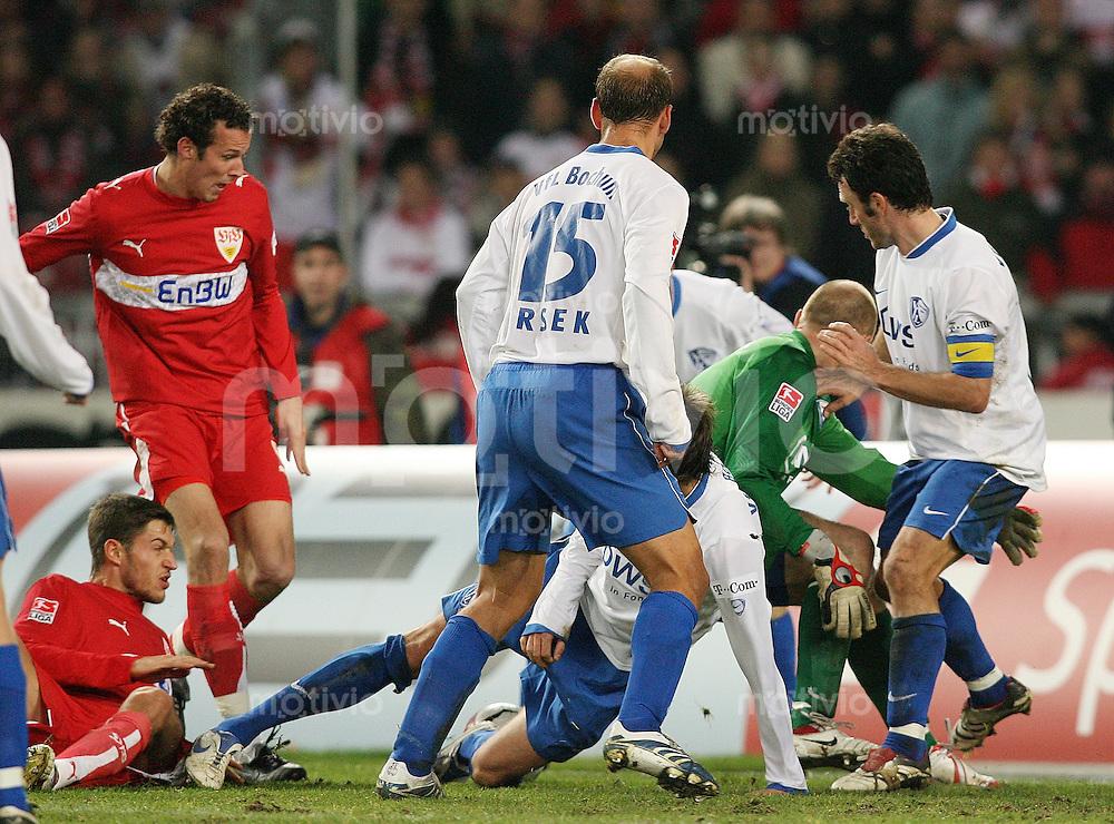 Fussball 1. Bundesliga Saison 2006/2007  16. Spieltag  VfB Stuttgar - VfL Bochum Marco Streller (VFB,li) stochert das 1:0 gegen die VFL Abwehr