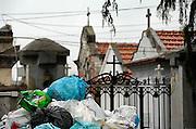 Italie, Capua, 6-3-2008..Afvalbergen in de straten van Napels en omgeving. Hier bij het kerkhof van randgemeente Capua. De stad weet met zijn afval geen raad meer en in het hele gebied liggen illegale hopen afval. Een nieuwe vuilverbrandingsoven is pas in 2009 bedrijfsklaar. Tot die tijd heeft de maffia, camorra grote invloed op de afvalverwerking van deze stad...Industrieel afval en huishoudelijk afval veroorzaken grote water en bodemvervuiling, terwijl de streek een belangrijk tuinbouwgebied is...Foto: Flip Franssen