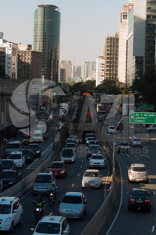 SÃO PAULO-SP-06,08,2014-TRÂNSITO-AVENIDA CIDADE JARDIM - O motorista segue com lentidão na  em ambos sentidos. (centro/bairro) Na região SUL cidade de São Paulo,na tarde dessa quarta-feira,06 (Foto:Kevin David/Brazil Photo Press)