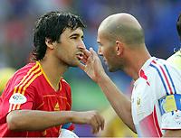 v.l.  Raul Spanien, Zinedine Zidane<br /> Fussball WM 2006 Achtelfinale Spanien - Frankreich<br /> Spania - Frankrike<br /> Norway only