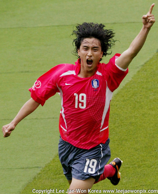 South Korea's Ahn Jung-Hwan celebrates his first goal in the second half of a Group D match at the World Cup Finals in Daegu, June 10, 2002. Photo by Lee Jae-Won (SOUTH KOREA)