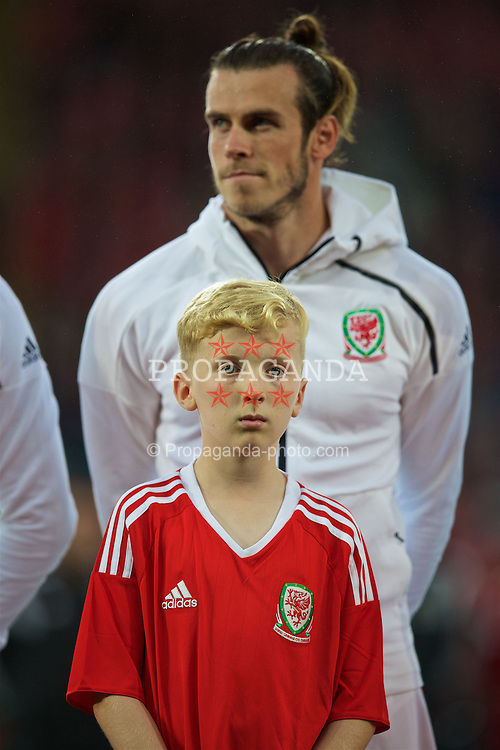 CARDIFF, WALES - Monday, September 5, 2016: A mascot lines-up in front of Wales' Gareth Bale before the 2018 FIFA World Cup Qualifying Group D match against Moldova at the Cardiff City Stadium. (Pic by David Rawcliffe/Propaganda)
