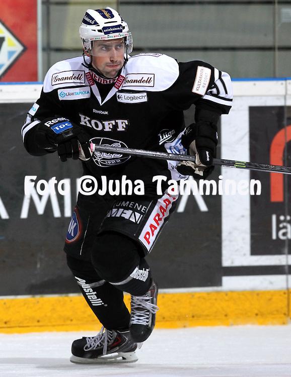 12.10.2013, Turku-halli, Turku.<br /> J&auml;&auml;kiekon SM-liiga 2012-13. TPS - Blues.<br /> Derek Famulare - TPS