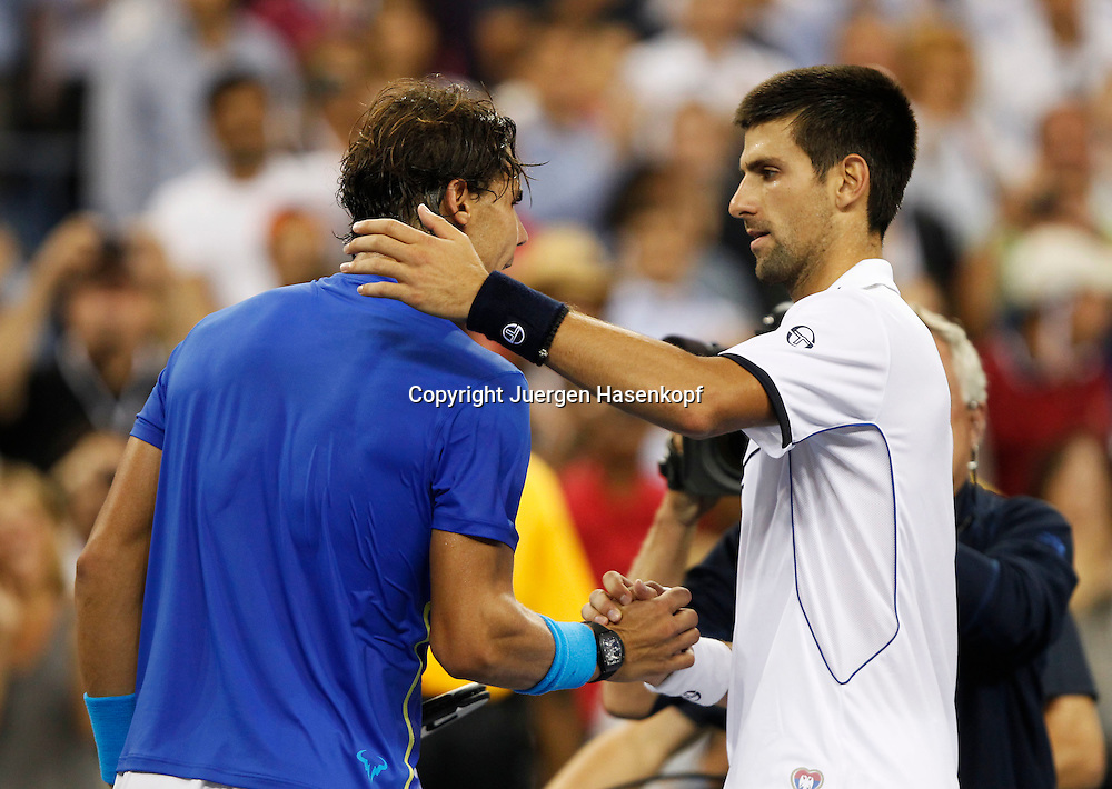 US Open 2011, USTA Billie Jean King National Tennis Center, Flushing Meadows, New York, ITF Grand Slam Tennis Tournament,Herren Finale,.L-R. Rafael Nadal (ESP) gratuliert dem Sieger Novak Djokovic (SRB) am Netz nach dem Match, Halbkoerper,Querformat,.