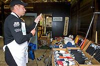 VLAARDINGEN - Clubfitter en pro Ramon Schilperoord vervangt de grips van de golfclubs op GC Broekpolder. COPYRIGHT KOEN SUYK