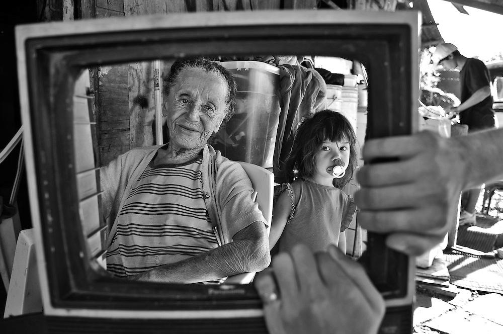 Trabalho fotográfico que procura valorizar as pessoas que vivem nas periferia da cidade de Porto Alegre, RS-Brasil.