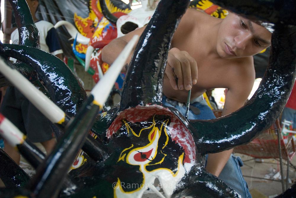 Preparación de mascaras de Diablo para el Carnaval de El Callao en Venezuela. El diablo es el personaje principal de estas fiestas tradicionales, y se distingue por su atuendo rojo y negro y sus elaboradas mascaras con cachos rectos y puntiagudos. El Carnaval, celebrado entre los meses de febrero y marzo, tiene en El Callao una de sus manifestaciones más alegres y coloridas, gracias a la riqueza cultural de su mestizaje. El Callao, 2007 (Ramon / Orinoquiaphoto)  Preparation of Carnival Devil Mask for El Callao Carnival in Venezuela. The devil is the principal character of this traditional celebration, and it disguises itself for the red and black costume and elaborate masks with straight and pointed horn. Carnival, celebrated between February and March, have in El Callao one of its colorful and happiest expressions, thanks to their cultural mestization. El Callao, 2007 (Ramon Lepage / Orinoquiaphoto).