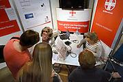 Nederland, Utrecht, 25-1-2014Bezoekers en stands op de gezondheidsbeurs. De beelden respecteren de privacy van de bezoekers.De nieuwste gezondheidstrends en informatie over gezond leven met fruitdrankjes, oogmetingen, checkups, massage,medicinale kruiden, kruidenthee, zelftests, handlezen en nog veel meer....thuistest, hartleeftijd, harttest,hartFoto: Flip Franssen