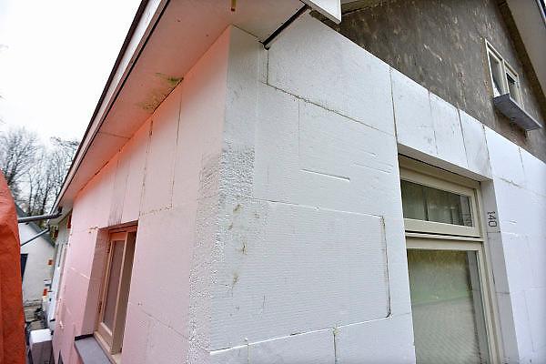 Nederland, Ubbergen, 2-12-2014 Bouwvakkers zijn bezig de buitenkant, muur, van een huis van isolatie te voorzien. Het huis wordt ingepakt in piepschuim en daarna met stucwerk afgesmeerd.Foto: Flip Franssen/Hollandse Hoogte