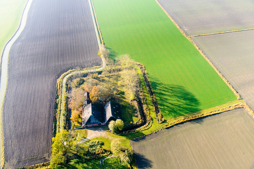 Nederland, Groningen, Toornwerd, 04-11-2018; Landelijk gebied ten Noorden van Middelstum getroffen door aardbeving ten gevolge van de gaswinning door de NAM.  <br /> Rural area affected by earthquake as a result of gas extraction by NAM.<br /> luchtfoto (toeslag op standaard tarieven);<br /> aerial photo (additional fee required);<br /> copyright© foto/photo Siebe Swart.
