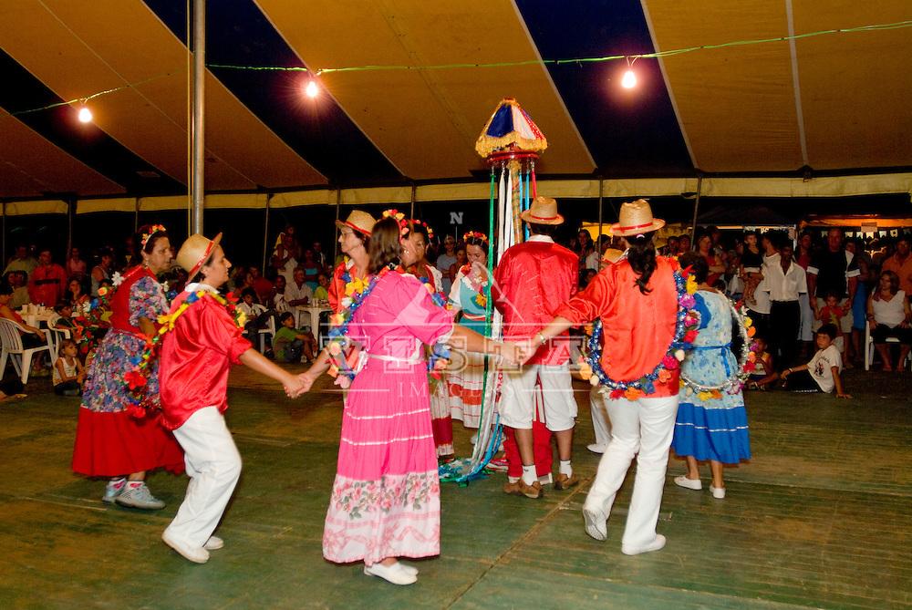 Apresentacao da danca da Ratoeira, Praia do Forte, Florianopolis, Santa Catarina, Brasil, 04/02/2006 foto de Ze Paiva/Vista Imagens