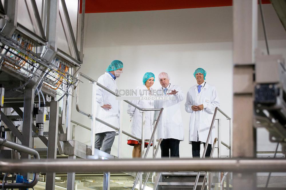 9-9-2015 WORKUM - Queen Maxima during a visit to a cheese factory FrieslandCampina in Friesland. COPYRIGHT ROBIN UTRECHT<br /> 9-9-2015 KOUDUM - Queen Maxima during a visit to a dairy farm in Friesland Stokman. COPYRIGHT ROBIN UTRECHT<br /> 9-9-2015 Koudum - Koningin M&aacute;xima heeft woensdag 9 september in Workum een werkbezoek gebracht aan &eacute;&eacute;n van de kaasproductielocaties van Koninklijke FrieslandCampina N.V., de winnaar van de Koning Willem I Prijs 2014 in de categorie groot bedrijf. Voorafgaand bezocht zij in Koudum een melkveehouderij met een vrije keuzestal. Volgens dit concept kunnen koeien zelf bepalen of zij binnen of buiten de stal verblijven, wat van invloed is op onder meer het milieu, het landschap en het welzijn van de dieren. In de melkveehouderij van de familie Stokman in Koudum worden 300 koeien gehouden. Duurzaamheid is de basis van de bedrijfsvoering. De &lsquo;vrij keuze stallen&rsquo; zijn hier een voorbeeld van, zoals ook de productie van biogas, ganzenopvang en weidevogelbeheer. Koningin M&aacute;xima sprak onder anderen met de familie Stokman, vertegenwoordigers van de Zuivelco&ouml;peratie FrieslandCampina, LTO Nederland, Dierenbescherming, Vogel-bescherming en de Koning Willem I Stichting over duurzaamheid, biodiversiteit en de opheffing van de melkquota binnen de EU. Ook kreeg zij een rondleiding over het bedrijf. De familie Stokman is lid van de zuivelco&ouml;peratie en levert melk aan FrieslandCampina. Aansluitend bezocht Koningin M&aacute;xima in Workum de productielocatie van kaas en wei. Hier wordt dagelijks dagelijks drie miljoen kilo melk van de co&ouml;peratieleden verwerkt in twee soorten kaas. De wei die bij de kaasproductie vrijkomt wordt ter plekke verwerkt tot het hoofdingredi&euml;nt van kindervoeding, een Nederlands exportproduct. Ook hier wordt duurzaam gewerkt door onder meer het water te hergebruiken dat vrijkomt bij de productie van wei. Met deze techniek wordt bespaard op energie. COPYRIGHT ROBIN UTRECH