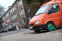 De Rotterdamse wijk Carnisse kent veel leegstand en een hoog percentage nieuwe migranten uit de MOE landen (Midden en Oost Europa). .Een Bulgaars transport busje heeft een wielklem.